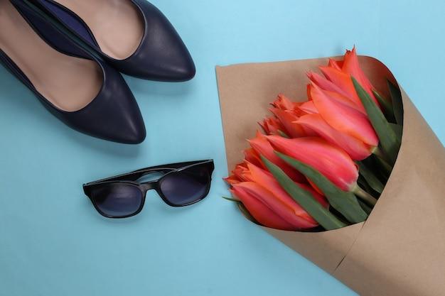 チューリップの花束、青にサングラスをかけたハイヒール