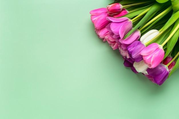 녹색 배경에 고립 된 튤립 꽃다발입니다. 평면도 평면 위치