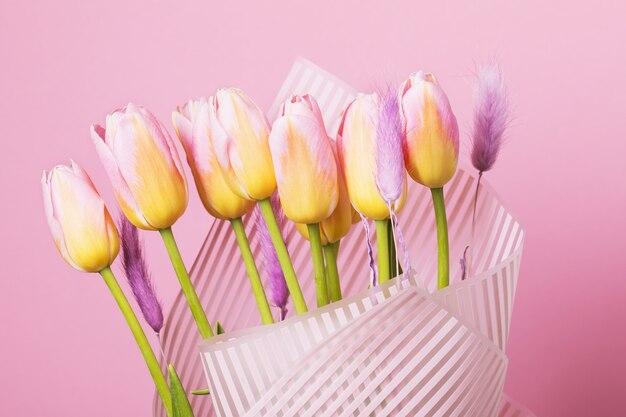 Букет тюльпанов на розовом фоне
