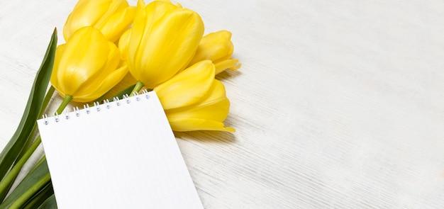 흰색 소박한 나무 표면에 튤립 꽃다발 봄 꽃 봄 표면 텍스트에 대 한 장소 발렌타인 데이 여성의 날 및 어머니의 날 모형에 대 한 인사말 카드