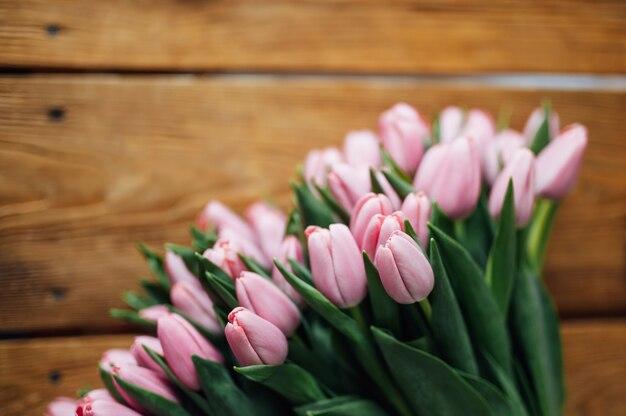 木製のテーブルボーダーデザインのチューリップの花束