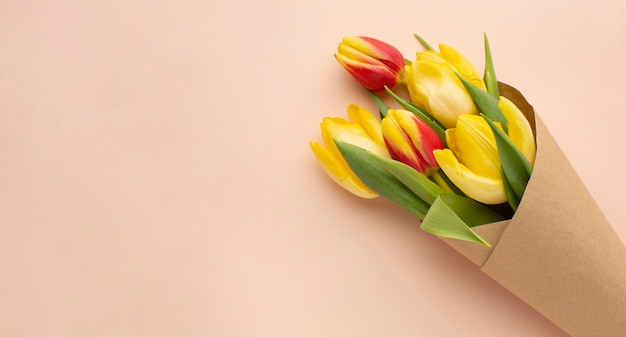 コピースペースのあるチューリップの花束
