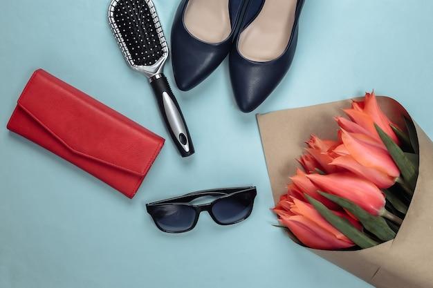 ブルーの女性用アクセサリー付きのチューリップの花束