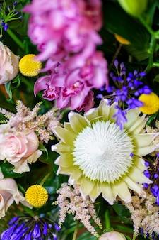 꽃집 가게의 다양한 꽃 부케