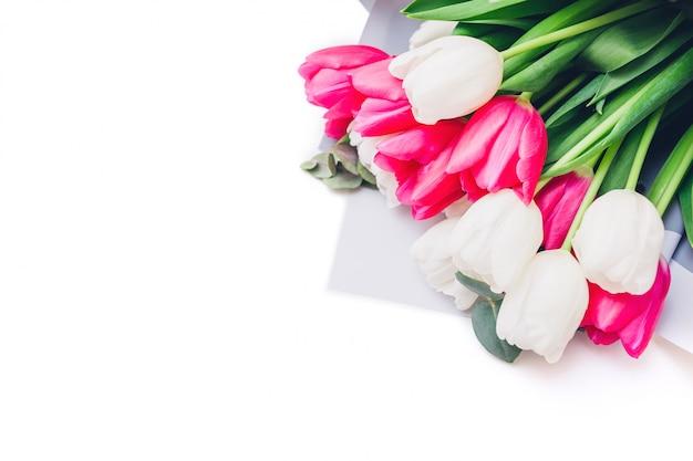 Букет из белых и пинговых тюльпанов