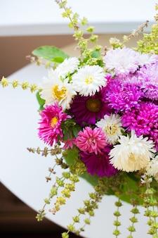 흰색과 분홍색 국화 꽃다발, 클로즈업