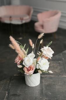 白い花瓶に白とピンクの花の花束