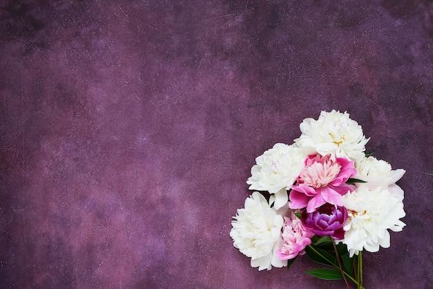 Букет из белых и розовых пионов. планировка для приглашений, поздравлений. копировать