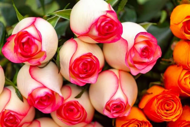 꽃 시장에서 흰색과 붉은 장미 꽃다발,
