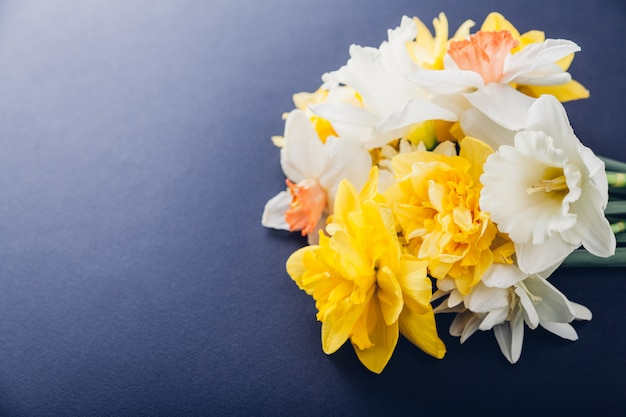 白と黄色の水仙の花の花束
