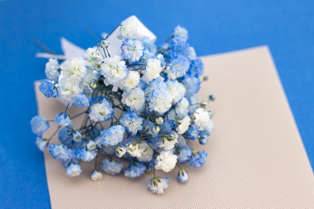 Букет из бело-голубых цветов гипсофилы