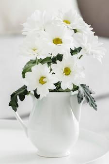 꽃병에 흰 꽃의 꽃다발