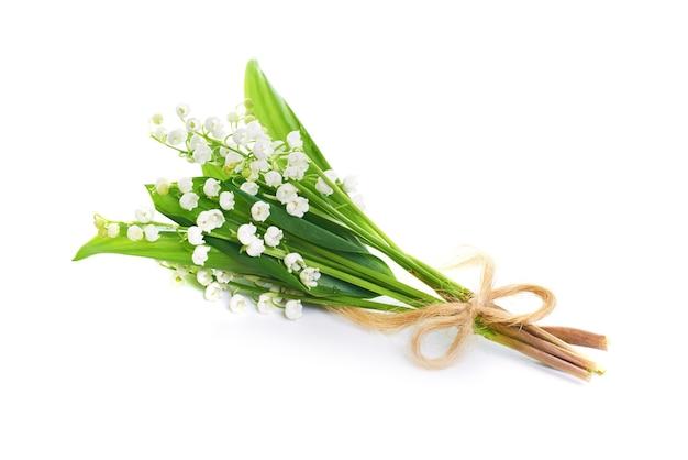 흰색 배경에 고립 계곡의 흰 꽃 백합 꽃다발