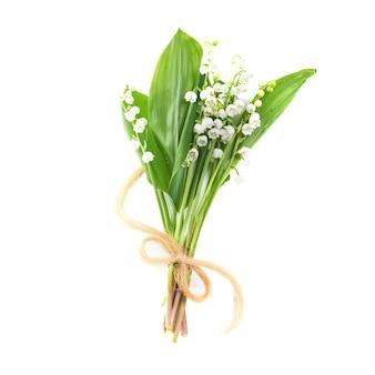 白い背景に分離されたリボンと谷の白い花のユリの花束