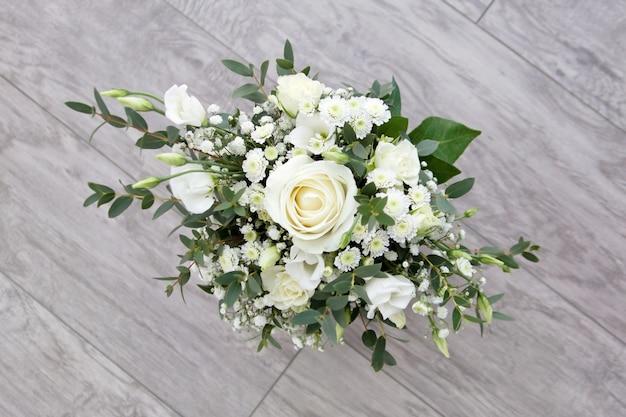 바닥에 흰 꽃의 꽃다발