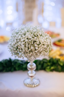 웨딩 테이블에 아름다운 꽃병에 은방울꽃의 꽃다발