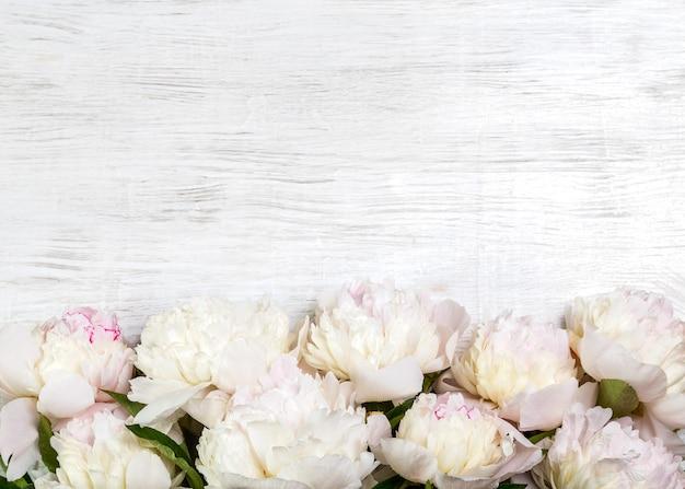 コピースペースと明るい背景の上の白い牡丹の花束。バレンタインデーへのギフト。
