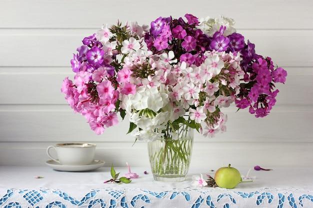 白、ピンク、紫のフロックスの花束