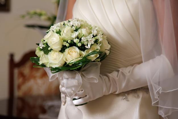 신부의 손에 흰 장미 꽃다발
