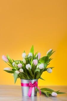 素敵な鍋に白いチューリップの花束