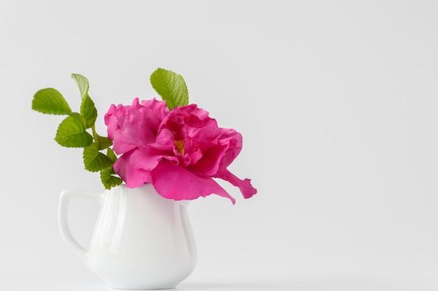 꽃병에 흰 야생 장미 꽃다발입니다.