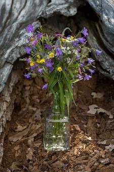 ボトルに入った野生の花の花束