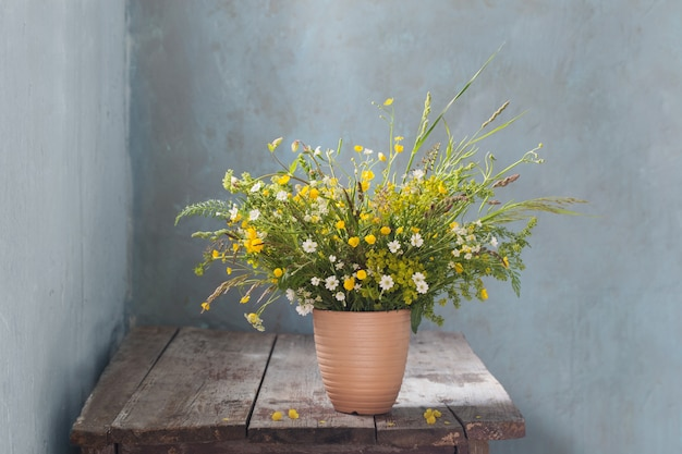 오래 된 나무 테이블에 야생 꽃의 꽃다발