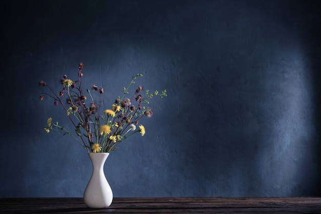 古い木製のテーブルの上の野生の花の花束