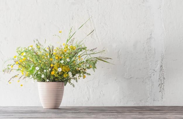 壁に野生の花の花束