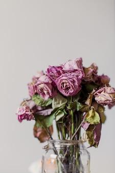 花瓶に枯れたバラの花束