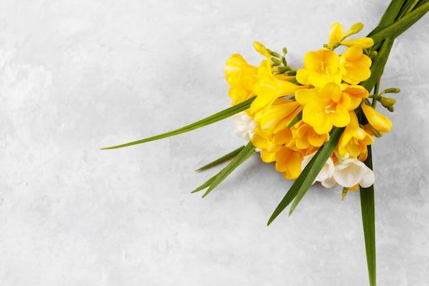 노란 fressia의 꽃다발