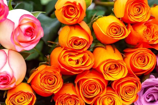 꽃 시장에서 노란 장미 꽃다발,