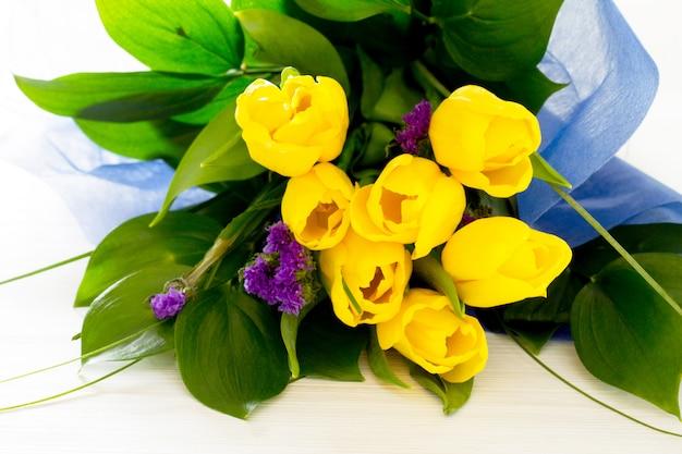 黄色のチューリップと紫色の花の花束