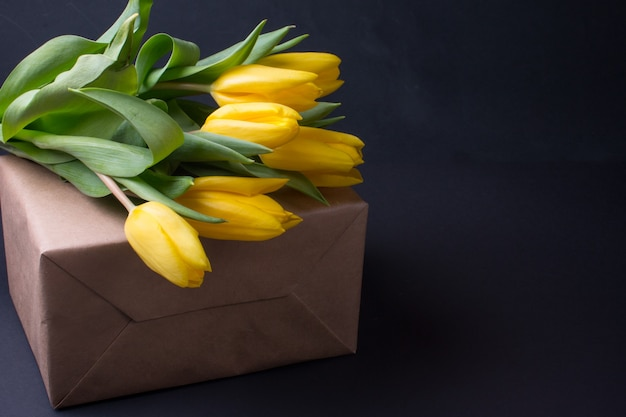 3月8日の黄色いチューリップの花束