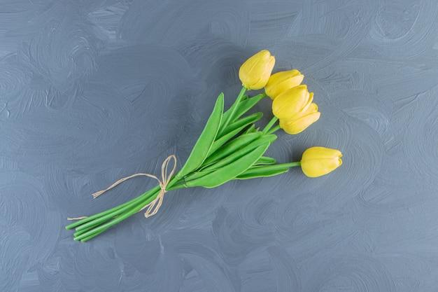 Букет из желтых тюльпанов на белом фоне. фото высокого качества