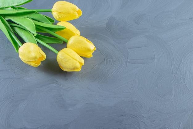 흰색 바탕에 노란색 튤립 꽃다발.