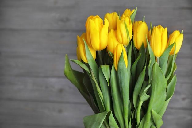 黄色いチューリップの花束。