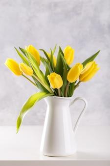 Букет из желтых тюльпанов Premium Фотографии