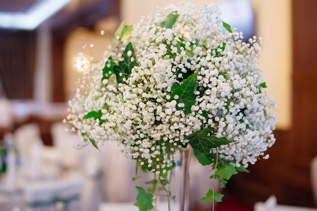 투명한 꽃병 결혼식에 은방울꽃의 꽃다발