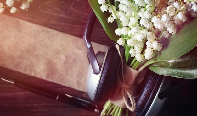 나무 탁자에 있는 어린 백합 꽃다발