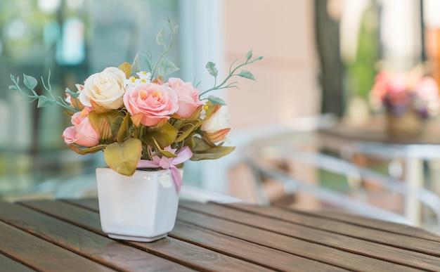 테이블에 꽃다발 로즈