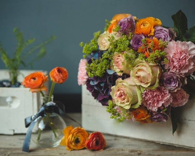 A bouquet and single autumn flowers around on the table