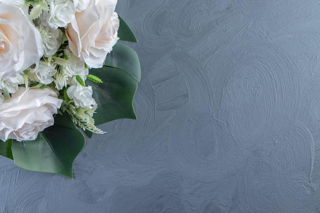 Un mazzo di fiori bianchi, su fondo bianco.