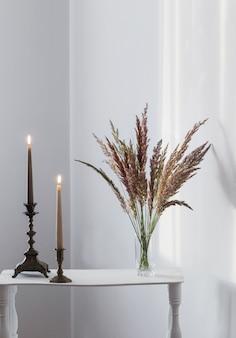 꽃다발 야생화와 흰색 인테리어 햇빛에 불타는 초