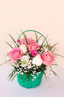 Букет с розовыми и белыми розами на светлой стене
