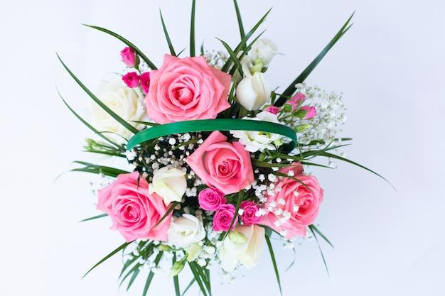 白地にピンクと白のバラの花束