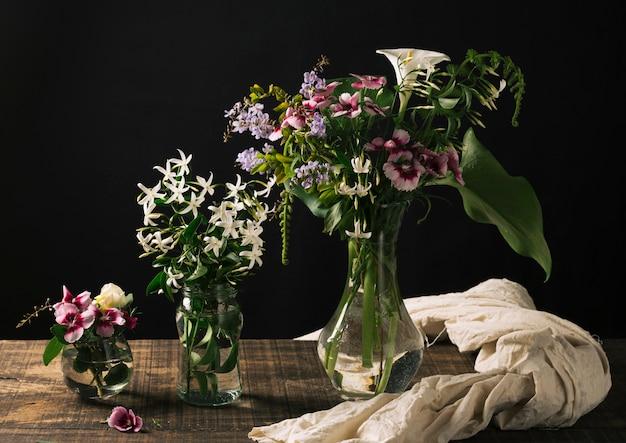 Mazzi di fiori in vasi sul tavolo