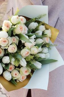 Букеты разных цветов. флористика весенний фон.