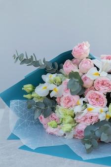 Букеты разных цветов. флористика весенний фон. Premium Фотографии