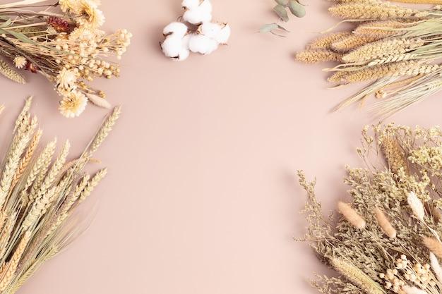 마른 꽃과 허브 꽃다발, 연하장 모형, 취미, 세련된 실내 장식, 장인 꽃집 아이디어. 평면도, 평면도, 복사 공간